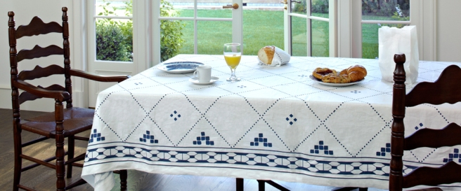 anfa-blue-and-white-linen-tablcloth-960x400