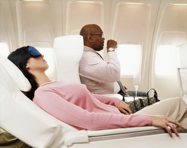 man-and-woman-first-class-plane-passengers-620x492