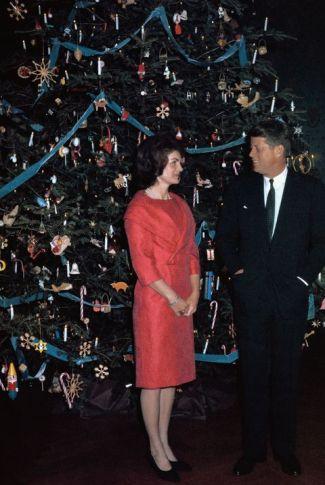 1961-white-house-christmas-515020060-1511994483JackieKennedy